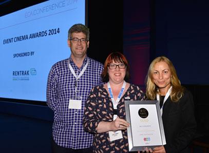 Austin Shaw (ECA) e Lucy Jones (Rentrak) premiano Julia Nocciolino di BBC Worldwide per Dr Who - Day of the Doctor