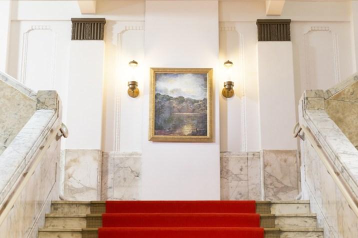 【画像】烏丸邸玄関ホール (階段の絵画「アフター ザ レイン」)