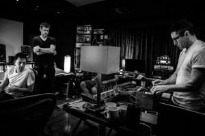 Reznor e Ross mixando a trilha do filme. Foto: Rob Sheridan