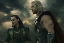 Tom Hiddleston et Chris Hemsworth dans Thor: Le monde des ténèbres (2013)