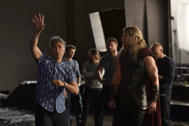 thor-ragnarok-on-set-w-director-taika-watiti-and-chris-hemsworth