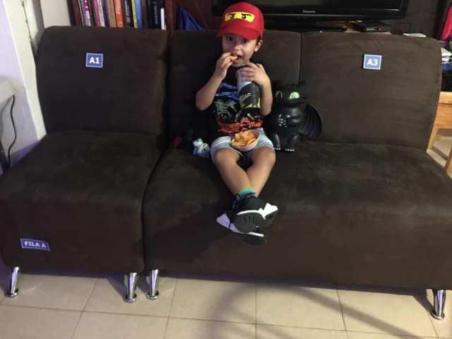 Papás recrean cine en casa para su hijo 7.jpg