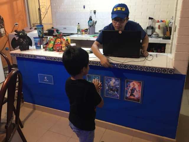 Papás recrean cine en casa para su hijo 8.jpg