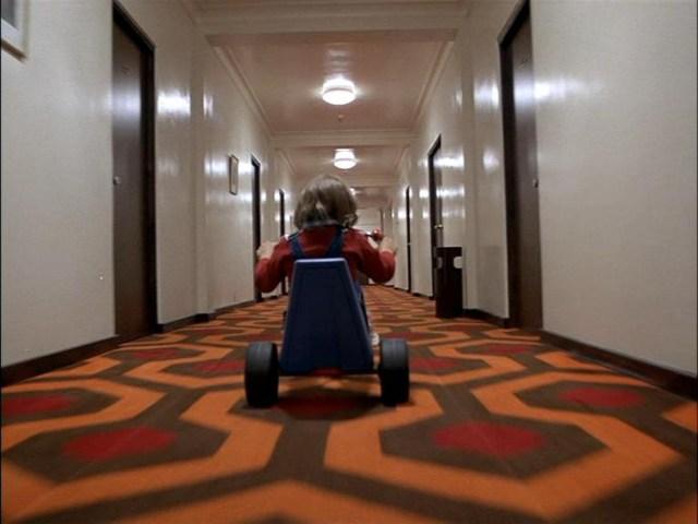 escena del pasillo en el replandor