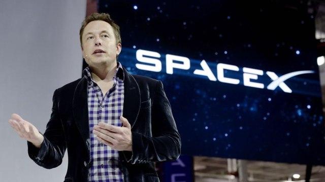 fotografía de elon musk con logo de space x