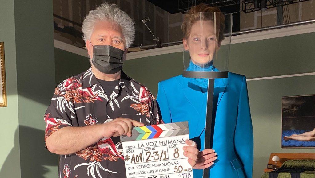 Fotografía de Pedro Almodóvar y Tilda Swinton en el rodaje de La voz humana