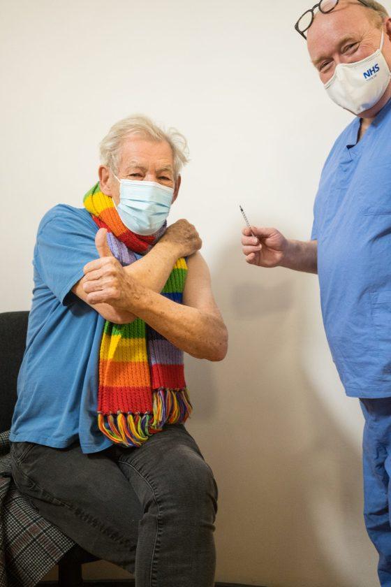 Ian McKellen recibiendo vacuna contra Covid-19