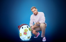 RON'S GONE WRONG - (L-R): Ron (voiced by Zack Galifianakis) and Liam Payne. © 2021 20th Century Studios. All Rights Reserved.