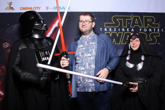 Desi aflasem ca e mort, de fapt chiar vazusem asta, m-am intalnit cu Darth Vader la avanpremiera. Parea viu, chiar daca respira greu.