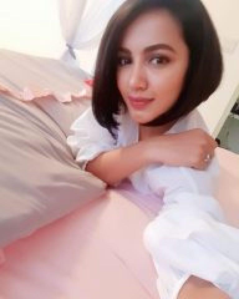 Sefie in white