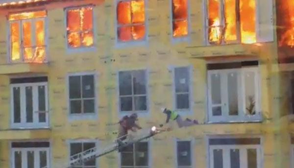 Escalera de los bomberos en el rescate