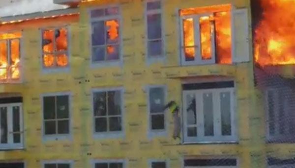 Hombre salta del edificio