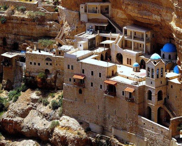 El monasterio situado en un acantilado