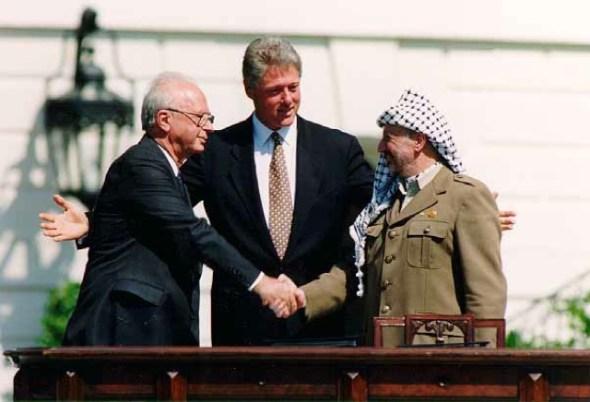 Yitzhak Rabin, Bill Clinton y Yasser Arafat en 1993