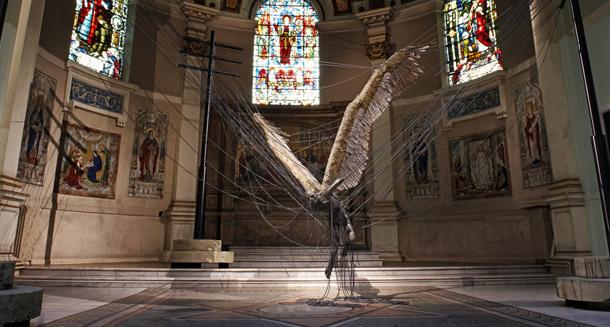 Lucifer gigante en una iglesia