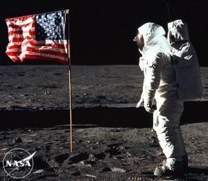 La bandera ondeando en la luna