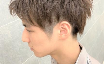 こめかみまで刈り上げた毛先が束になっているヘアスタイル
