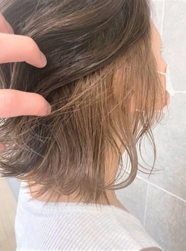 こめかみから下が栗色になっているヘアスタイル