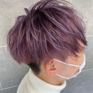 刈りあがっている菫色のヘアスタイル