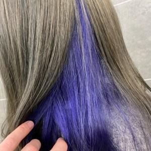 こめかみより下の髪の毛を群青色にしたヘアスタイル