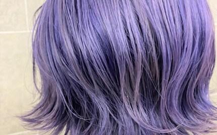 首にかかる程度の長さの群青色のヘアカラースタイル