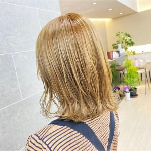 肩にあたる長さのミルクティーベージュカラーヘアデザイン