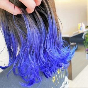 毛先が青色になっているグラデーションカラーヘアスタイル