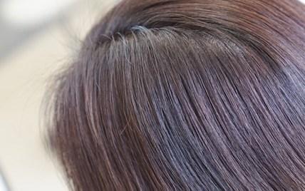 首が見える長さの丸みのあるヘアスタイル