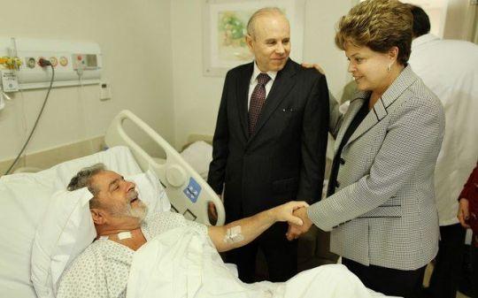 Dilma visita Lula no hospital Sírio Libanês, em que se trata de câncer.