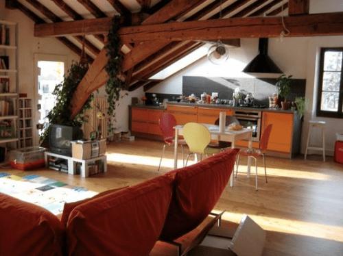 Sala e cozinha americana, piso de madeira.