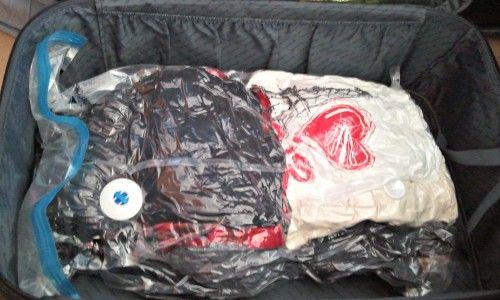 Sacola à vácuo com roupas em mala de viagem. Foto: Cíntia Costa.