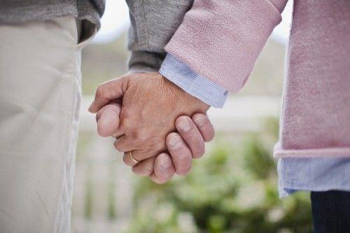 Casal mais velho, casados de mãos dadas.