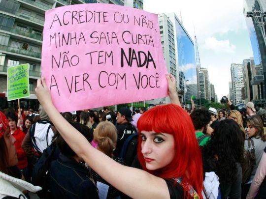 """Marcha das vadias: cartaz que diz """"acredite ou não, minha saia curta não tem nada a ver com você"""""""