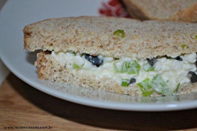 Receita de sanduíche com patê light de queijo cottage, azeitonas e cebolinha do site www.cintiacosta.com