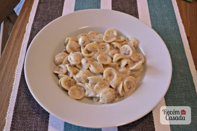Orechietti com molho branco com bacon ou lardon. Foto: blog Recém Casada.