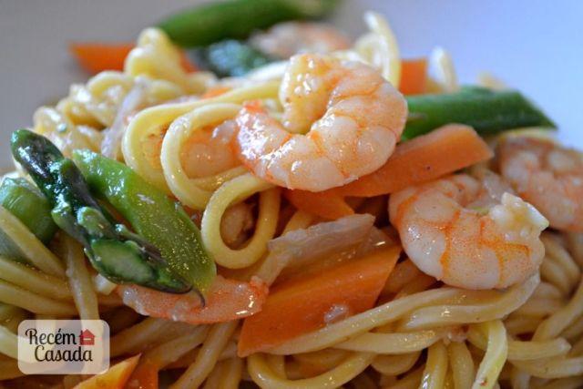 Receita de macarrão oriental com camarão e aspargos do site www.cintiacosta.com