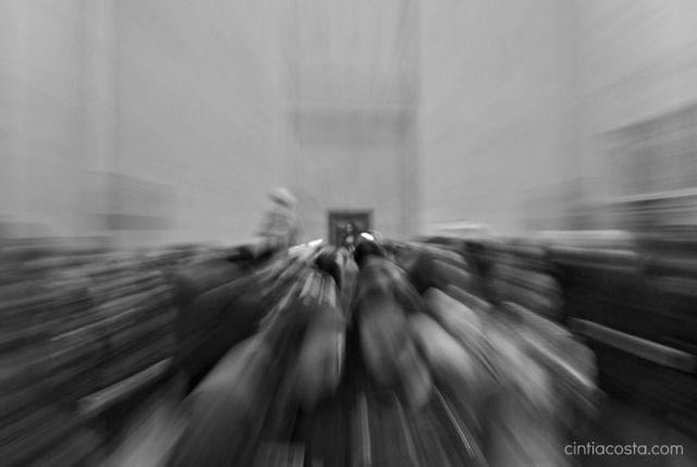 Monalisa no Louvre: sala cheia de turistas tirando fotos. Foto: Cíntia Costa.