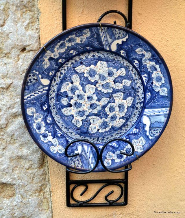 Lisboa, Portugal: artesanato de azulejo português em prato de cerâmica. Foto: cintiacosta.com