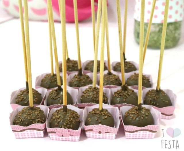 Doces de chá de bebê: cakepop ou bolo no palito. Créditos: I Love Festa.