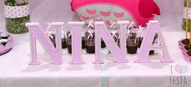 Chá de bebê de menina: letras de madeira rosa com pérolas para o nome Nina.  Créditos: I Love Festa.