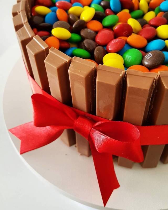 Bolo de KitKat com M&Ms, por Bolos da Cíntia (contato@bolosdacintia.com).