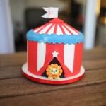 Bolos de mesversário do bebê da Lia Camargo, Fefê. Bolo de 11 meses, tema circo, com massa arco-íris. Por Bolos da Cíntia.