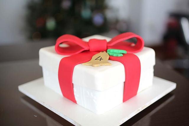 Bolos de mesversário do bebê da Lia Camargo, Fefê. Bolo de 4 meses, tema caixa de presente de Natal. Por Bolos da Cíntia.
