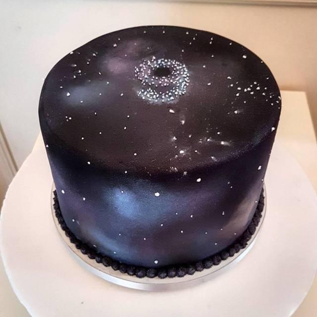 Bolos de mesversário do bebê da Lia Camargo, Fefê. Bolo de 9 meses, tema Galaxy Cake. Por Bolos da Cíntia.