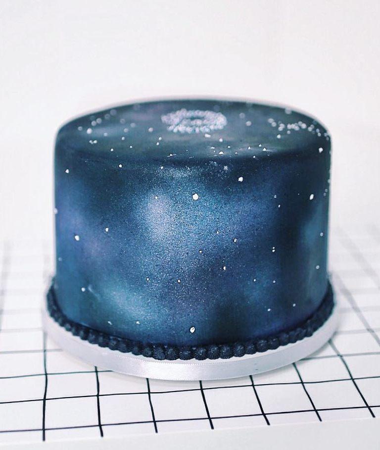 Bolo de mesversário de 9 meses do bebê da Lia Camargo: tema Galaxy Cake