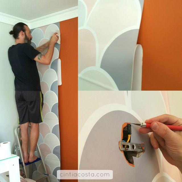 Decoração DIY: como aplicar papel de parede adesivo em rosa e cinza da ApliqueFácil para cobrir parede com cor forte. Foto: www.cintiacosta.com