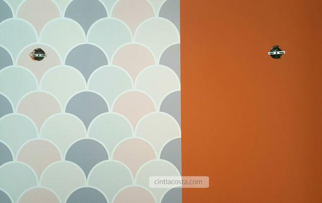 Papel de parede em rosa e cinza da ApliqueFácil: cobre parede com cor forte. Foto: www.cintiacosta.com