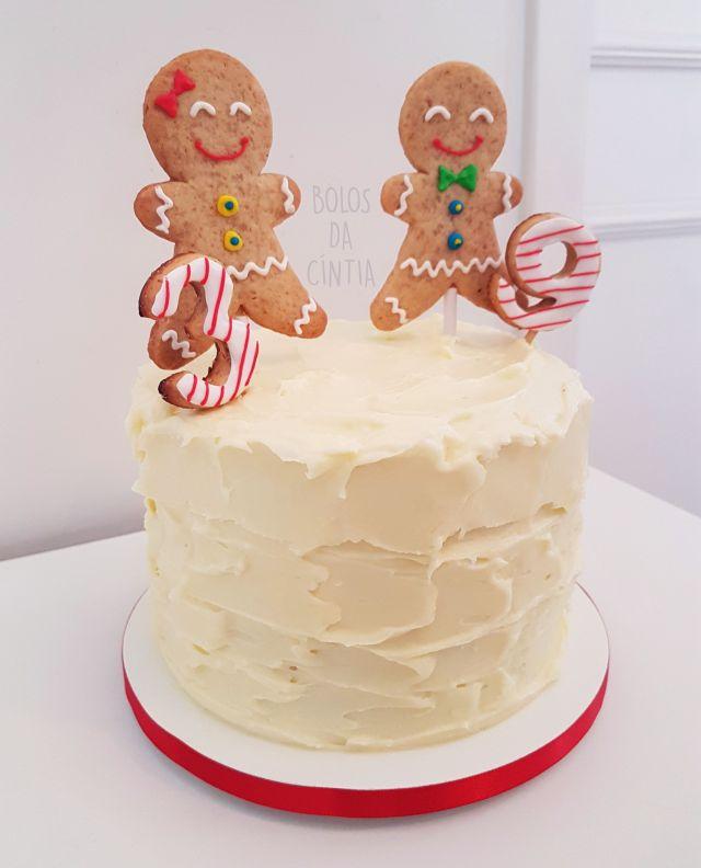 Bolo de Natal: Red Velvet com bonecos Gingerbread por Bolos da Cíntia. Foto: Cíntia Costa.