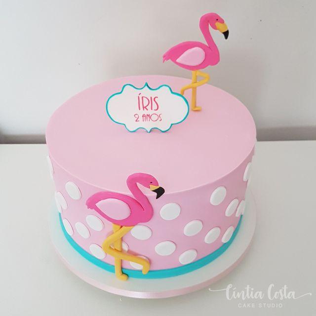 Bolo Flamingo rosa com bolinhas brancas e fita azul. Feito por Cíntia Costa Cake Studio ( www.cintiacostacakestudio.com.br )