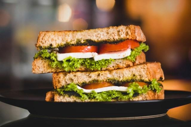 Sanduíche frio de queijo branco com salada